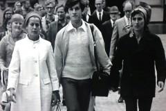 GÄLLER-Mot-borggården-Rosa-Jag-och-Katarina.-1968-